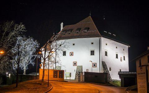 Grad Komenda ponoči