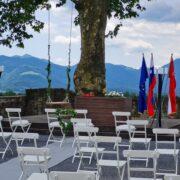Poroka zunaj na Gradu Komenda